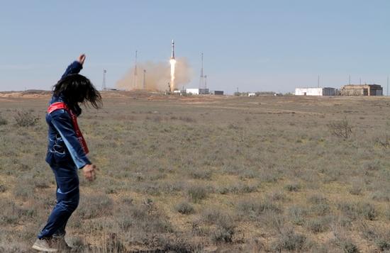 4월 19일, 카자흐스탄 바이코누르 우주기지에서 송씨의 인공위성을 실은 로켓이 발사되고 있다.