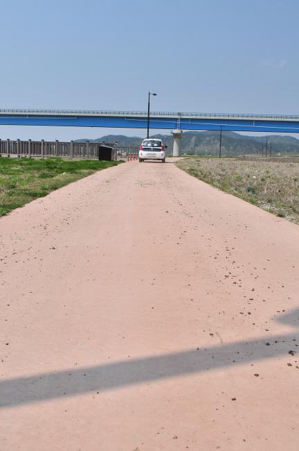 산책로를 달리는 수자원공사 차량 산책로를 이용하는 수자원공사 차량에서 흙이 떨어지고 있다.
