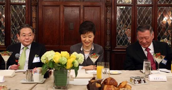 수행경제인 조찬 간담회  박근혜 대통령이 8일 오전(현지시간) 워싱턴 해이아담스호텔에서 열린 수행 경제인들과의 조찬에서 이건희 삼성전자 회장(왼쪽)의 인사말을 듣고 있다. 오른쪽은 정몽구 현대차 회장.