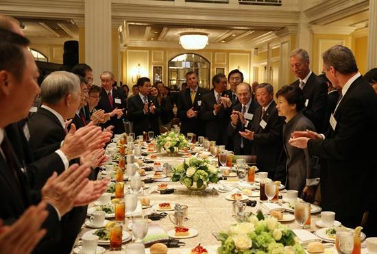 박근혜 대통령이 8일(현지시간) 워싱턴 윌러드 인터컨티넨털호텔에서 열린 미국 상공회의소 주최 오찬에서 참석자들과 인사를 나누고 있다.