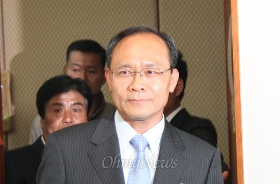 13일 오전 대전고법에서 당선무효형인 벌금 500만원을 선고받은 새누리당 성완종(충남 서산태안) 의원이 법정을 나서고 있다.