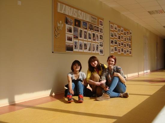 아그네가 다녔던 학교 안에서 아그네, 라이마와 함께.