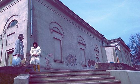 리투아니아에서는 소련 시대에 지어졌을 법한 건축물들을 심심치 않게 볼 수 있다. 사진은 아그네 어머니가 젊었을 때에 극장으로 사용되었던 건물이라고 한다.