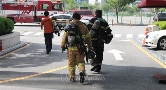 14일 오후 부산 해운대소방서 소방관들이 화재 진압 훈련을 끝내고 소방서로 복귀하고 있다.