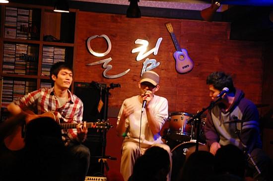 ▲ 어쿠스틱 밴드 걸뱅이는 프로튜어먼트의 도움으로 인천의 한 라이브카페 무대에 올랐다. 왼쪽부터 걸뱅이 멤버 박정진(29), 이유승(29), 김성은(29)씨. ⓒ 박준용