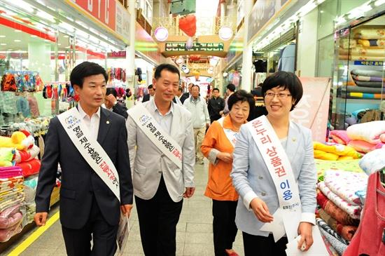 시장을 돌며 주민을 만나는 강민아 진주시의원.(맨 오른쪽)