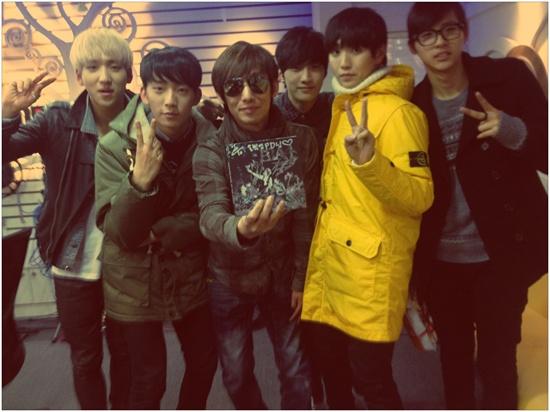 아이돌 그룹 B1A4와 함께.
