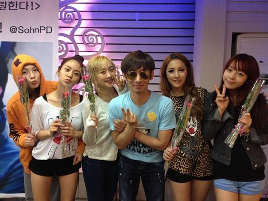 아이돌 그룹 카라와 함께.