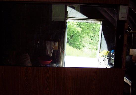 밀양시 부북면 평밭마을 고갯마루에 있는 움막, 창 밖으로 고갯길이 보인다.