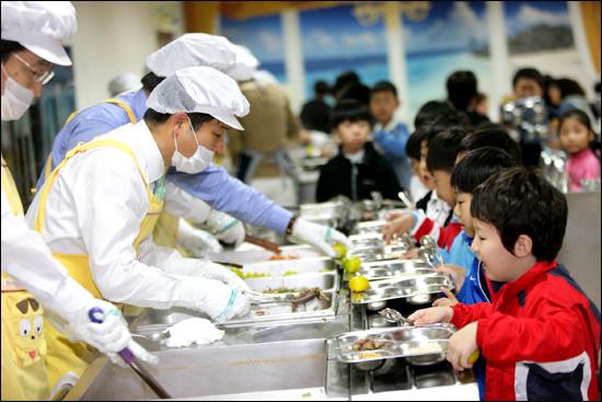 성북구는 서울시 최초로 친환경무상급식을 시행했다. 김영배 구청장이 숭인초등학교에서 배식을 하고 있다.