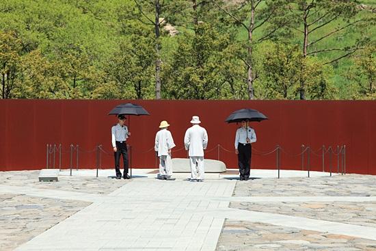 고 노무현 대통령 묘역, 5월 23일 오후 2시 30분에 추도식이 묘역에서 진행될 예정이다.