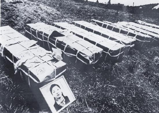 1980년 5월 29일, 129구의 장례식이 거행된 이날 이후 '망월동'은 광주민중항쟁을 의미하는 상징적인 이름이 되었다.