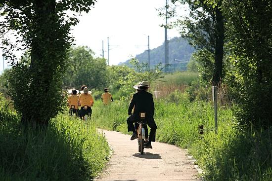 봉하마을에선 지난 5월 11일부터 자전거를 대여해주고 있어 화포천까지 자전거로 탐방을 할 수 있다. 하루에 세 번인데 5월 25일, 26일에도 대여를 할 수 있다. 사진 제일 뒤 양복입은 이가 김경수 비서관이다.