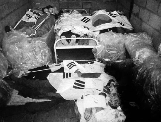 광주적십자병원 영안실에 시위 중 사망한 시민들의 유해가 드라이아이스와 비닐로 쌓여있다