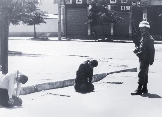 시민들이 무슨 죄가 있다고, 군인 앞에 무플을 꿇어야 하는가. 저들이 폭도인가 아니면 저 군인은 북한군특수부대인가? 둘다 아니다.