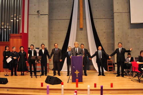 함께 부르는 노래 문익환, 장준하 추모예배에 참석한 사람들이 모두 함께 노래를 부르며 고인을 추모하였습니다.