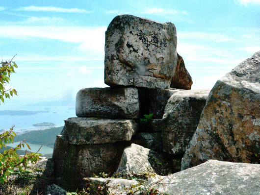 백운봉 제단터 완도 본섬에서 두번째로 높은 봉우리인 백운봉의 제단 흔적 있는 바위 무더기들. 내려다 보이는 바로 앞 작은 섬이 장보고 유적지로 알려진 장도다.