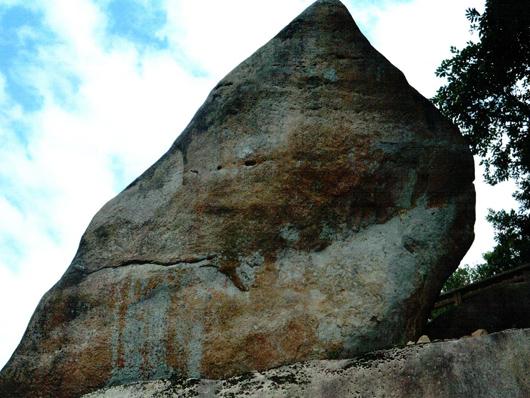 완도거석프로젝트 토속신앙의 흔적인듯한 인공의 구멍과 날카로운 물체로 그은 선 등이 많은 바위다.