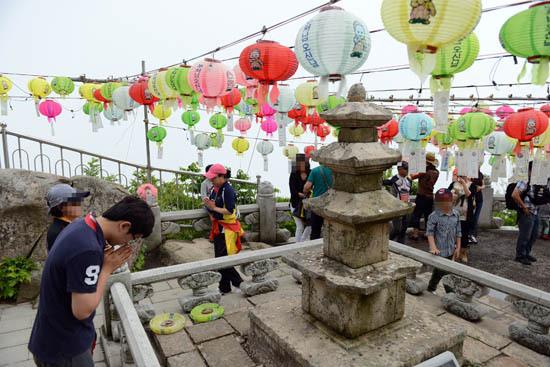 기도 보리암전 삼층석탑에서 한 여행자가 기도하고 있다.