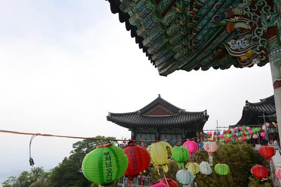 보리암 부처님 오신 날을 맞아 연등이 걸려 있는 남해 보리암.