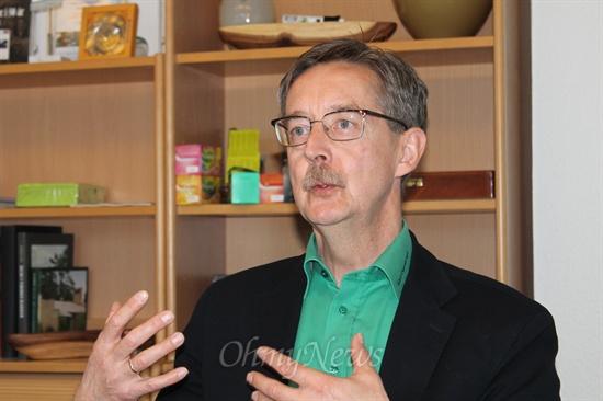덴마크 풍력협동조합 미델그룬덴의 에릭 크리스텐슨(56) 이사장. 변호사로 사회활동을 시작한 그는 지금은 협동조합과 관련이 깊은 중소기업의 사장이자 몇 개의 협동조합 운영에도 직접 참여하는 협동조합 전도사다.