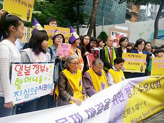 (왼쪽부터)김복동, 길원옥, 이막달 할머니와 한국정신대문제대책협의회, 대천여자고등학교,민주당 김상희의원등이 29일 오전 서울 종로구 중학동 주한일본대사관 앞에서 열린 제 1076차 일본군 '위안부' 문제 해결을 위한 정기 수요시위에 참가했다. 김복동, 길원옥 할머니는 위안부 문제를 알리기 위해 지난 18일 일본을 항의방문했다.