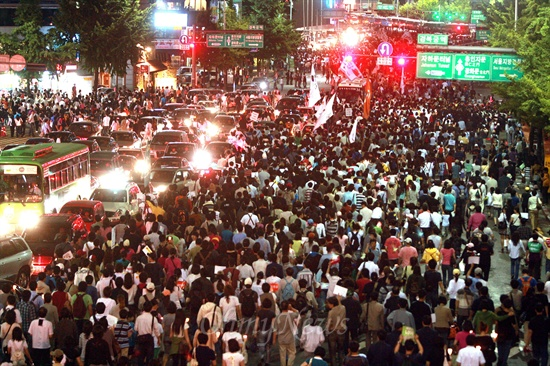 31일 밤 서울시청앞 광장에서 열린 광우병위험 미국산쇠고기 수입반대 및 재협상 촉구 24차 촛불문화제를 마친 시민, 학생 수천명이 사직공원을 지나 청와대를 향해 행진을 벌이고 있다.