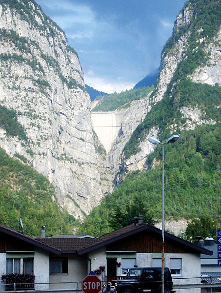 세계적인 참사로 기록된 이탈리아 '바이온트 댐' 사고가 일어났던 현장 모습. 댐 앞을 지나는 이들은 그날의 죽음을 추모하기 위해 잠시 가던 길을 멈춘다.