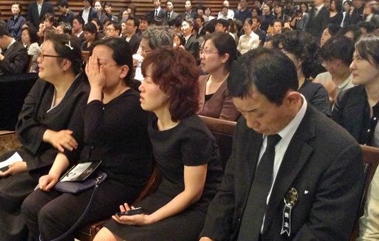 유가족을 비롯한 영결식 참석자들이 고 권문석 알바연대 대변인의 생전 활동 영상이 나오자 울음을 터뜨리고 있다.
