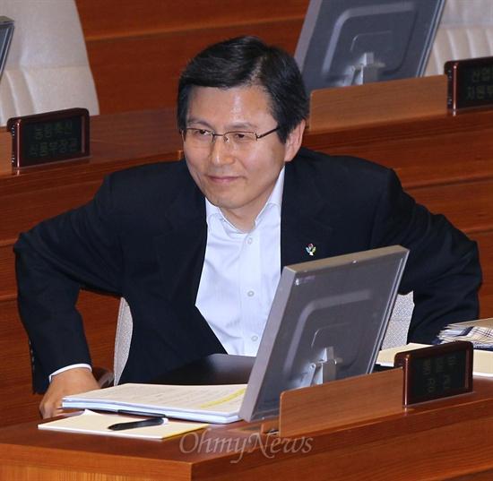 황교안 법무부장관이 10일 국회 본회의 정치분야 대정부질문에 출석하고 있다.