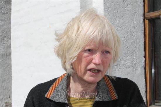 """1978년 스반홀름 공동체를 만들 때 창립멤버 중 한명이었던 엘세베스 래가드씨. 그녀는 이곳의 창립철학을 """"한마디로 말해 지속가능한 삶(sustainability)""""이라고 정리했다."""