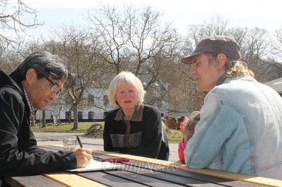 35년전 이 마을을 창립한 래가드씨(왼쪽)와 7년차 주민 브린크씨가 스반홀름의 철학을 설명하고 있다.