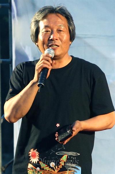 'H-20000 프로젝트'를 기획한 박래군 '인권재단 사람' 소장이 7일 오후 서울시청 앞 서울광장에서 열린 '쌍용차 해고노동자 H-20000 프로젝트 ' 모터쇼에서 인사말을 하고 있다.