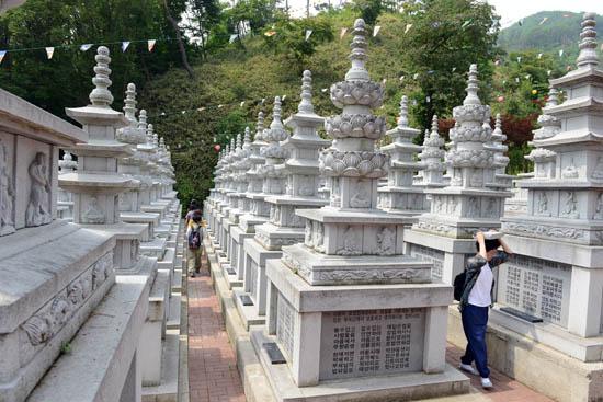 탑돌이 법화경을 사경한 보따리를 이고 탑을 돌고 있는 불자들.