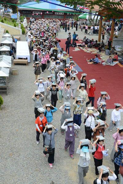 봉안식 행렬 머리에 사경을 인 불자들의 행렬이 1시간 넘게 이어지고 있다.