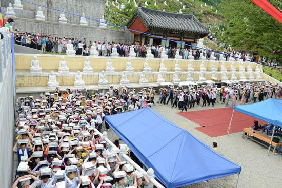 봉안식 행렬 봉안식 행렬은 1시간이 넘도록 이어졌다.
