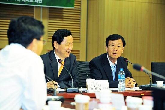 혁신과 정의의 나라 3차 포럼에서 원혜영 의원이 사회를 보고 있다.