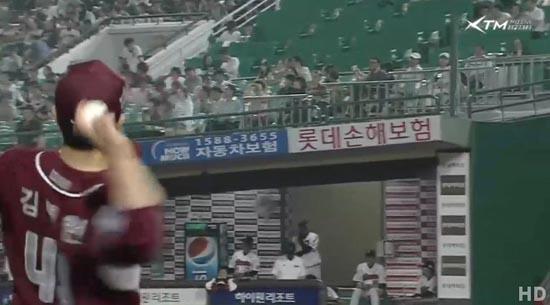 넥센의 김병현이 마운드에서 내려오다가 상대팀 롯데 벤치를 향해 공을 던지고 있다.