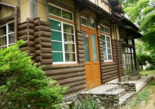 호박돌과 백두산 낙엽송이 조화를 이루는 이영춘 가옥.