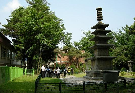 야외 박물관을 방불케 하는 발산초등학교 뒤뜰. 5층석탑과 석등이 보인다.