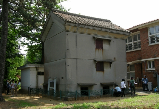 시마타니 농장 금고. 한국전쟁 때는 감옥으로 사용했던 가슴 아픈 사연도 간직하고 있다.