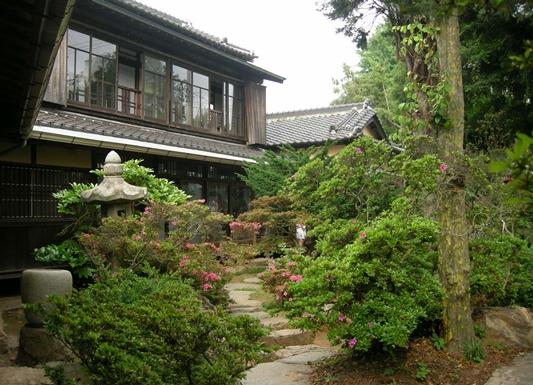 신흥동 일본식가옥 정원. 안쪽으로 손 씻는 수수발과 석등이 보인다.