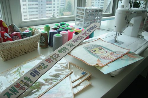 참새의상실. '재봉틀을 매개로 마을과 이웃을 잇는 재미있는 방법을 연구합니다'라는 글귀가 씌여 있다.