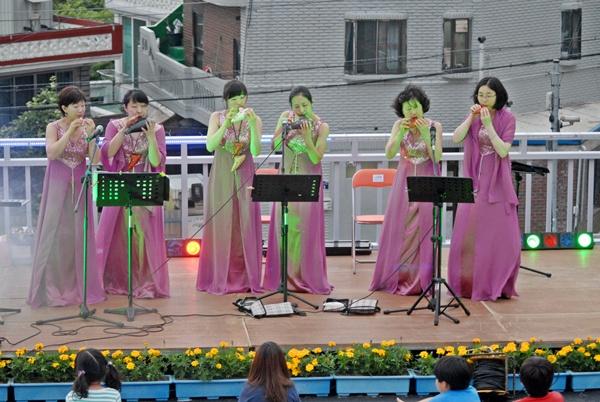 오카리나 연주 박현미(우측)와 함께 오카리나 앙상블을 들려주고 있다