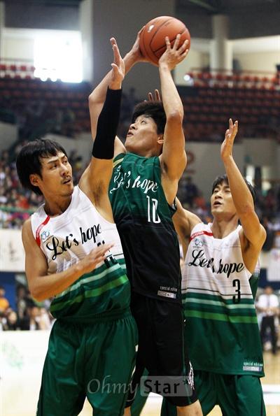 사단법인 한기범 희망 나눔 개최로 15일 오후 의정부실내체육관에서 열린 <희망 농구 올스타 자선경기>에서 농구올스타팀의 우지원 선수가 tvN 새드라마 <빠스껫볼>팀의 수비를 뚫고 슛을 쏘고 있다.