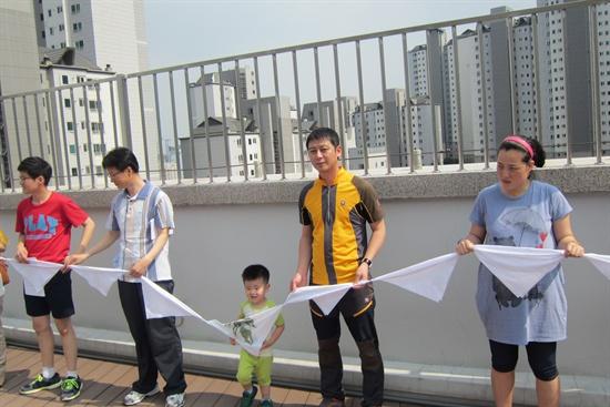 가족들과 함께 햇빛발전소 준공식에 참석한 최정기씨(오른쪽에서 두 번째).