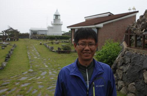 가거도등대를 배경으로 선 김세훈씨. 21년째 등대지기로 살고 있다.