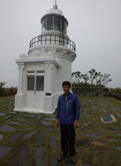 가거도등대 앞에 선 김세훈씨. 그는 가거도항로표지관리소의 소장으로 일하고 있다.