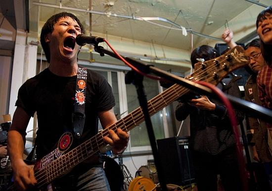 2인조 인디밴드 밤섬해적단이 '두리반' 내부에서 공연을 펼치고 있다.