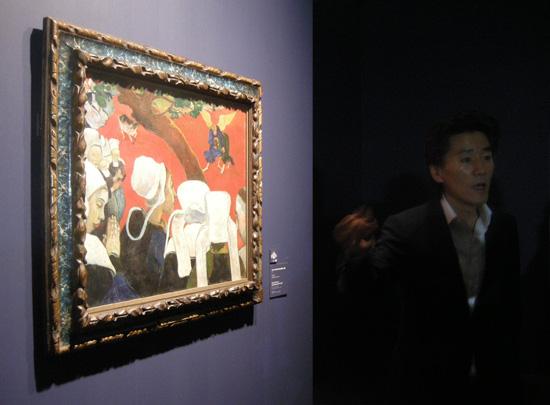 <설교 후 환상>(캔버스에 유화, 72.2cm×91cm, 1888, 스코틀랜드 에든버러 국립미술관 소장)은 성당 가는 브르타뉴 여인과 설교 주제인 천사와 씨름하는 야곱 이야기를 한 장면에 담은 작품이다. 극적이다. 사진 속 인물은 이번 고갱 전 커미셔너를 맡은 서순주씨다. ⓒ Scottish National Gallery, Edinburgh